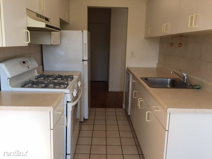 Lovely 1 Bedroom Apartment on 3rd Fl of Walkup Building Located in Harrison