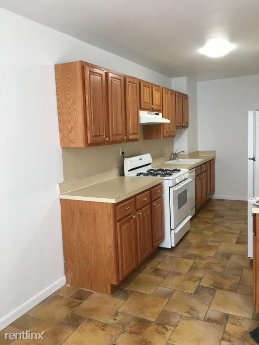 Spacious 1 Bedroom Apt in Rental Building / White Plains. (Parking Available)