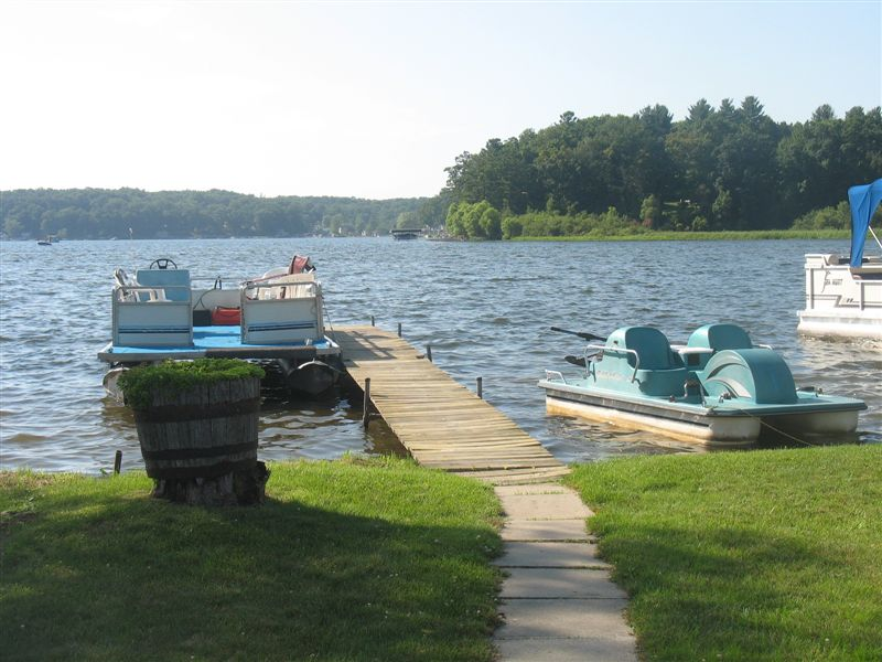 PONTOON BOAT AND PADDLEWHEELER AVAILABLE DURING SUMMER & FALL RENTAL MONTHS