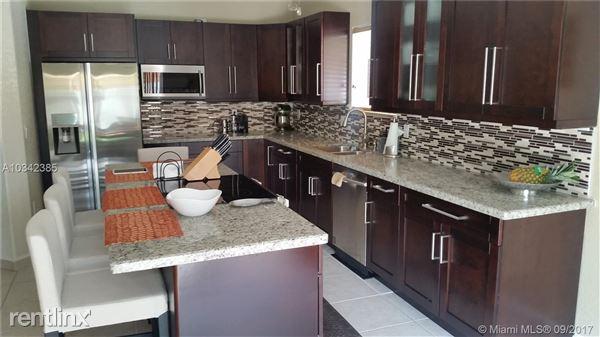 8996 Nw 169th St, Hialeah, FL